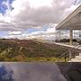 Humberto Hermeto  2005-ben tervezte házát a brazíliai Nova Limában. A betonból, üvegből, és acélból felhúzott ház megrendelőinek csupán annyi előfeltétele volt, hogy a házban kialakított terek egy szinten legyenek elhelyezve.