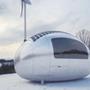Ez még mind semmi, ugyanis a folyamatos energiaellátást egy 750 wattos szélturbina illetve egy 2.6 négyzetméteres napelem tető biztosítják.