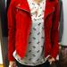 C&A: Több helyen is találtunk piros dzsekiket, itt 19990 forintba kerül.