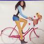 Levegőben lebeg a bicikliző modell hátsója a Macy's katalógusában.