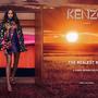 Laura Harrier színésznő egy szekrényből lép ki a naplementébe a Kenzo kampányban.